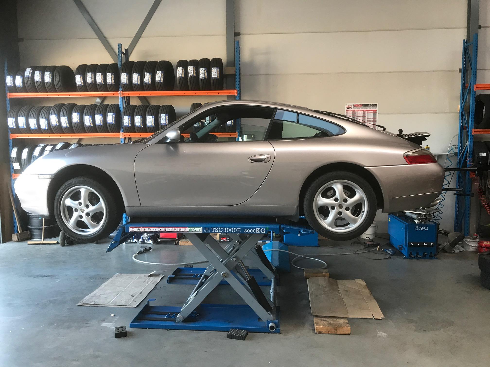 Porsche 911 op brug Banden Outlet Lemmer